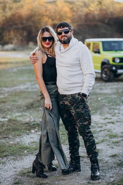 Młoda para podróżująca samochodem, zatrzymała się na spacer w parku Darmowe Zdjęcia