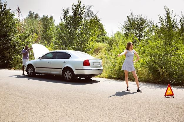 Młoda Para Podróżuje Samochodem W Słoneczny Dzień Darmowe Zdjęcia