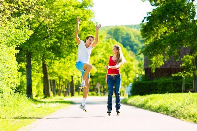 Młoda para robi sporty na świeżym powietrzu Premium Zdjęcia