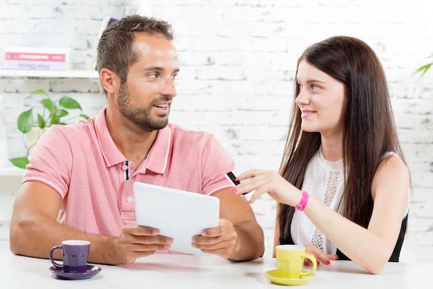 Młoda para robi zakupy w internecie Premium Zdjęcia