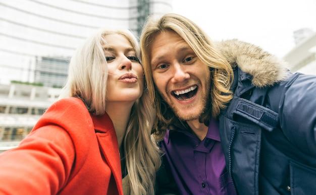 Młoda Para Spędza Czas Po Południu W Centrum Mediolanu I Robi Selfie Premium Zdjęcia