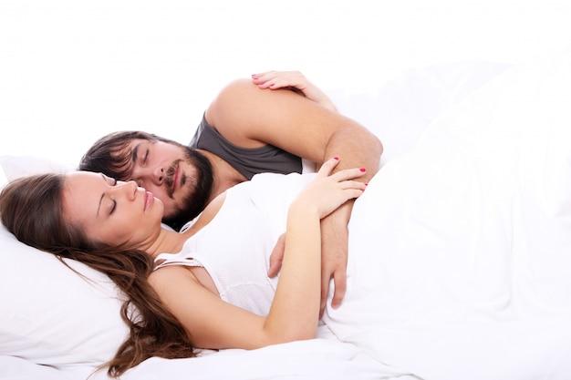 Młoda Para śpi W łóżku Darmowe Zdjęcia