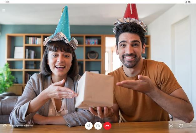 Młoda Para świętuje Urodziny Online Na Rozmowie Wideo Podczas Pobytu W Domu. Nowa Koncepcja Normalnego Stylu życia. Darmowe Zdjęcia