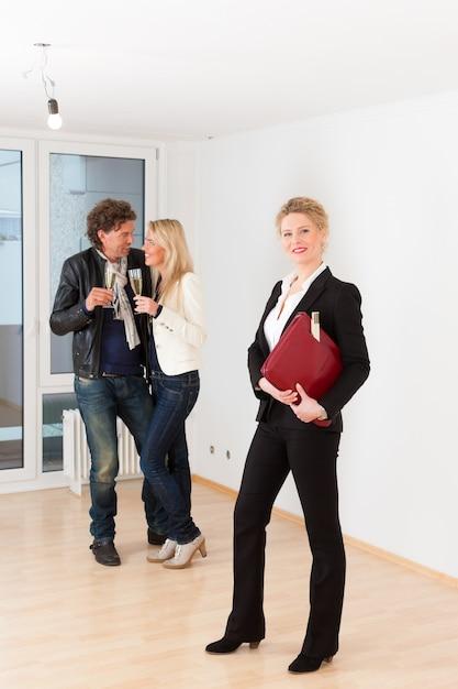Młoda para szuka nieruchomości z nieruchomościami kobiet Premium Zdjęcia