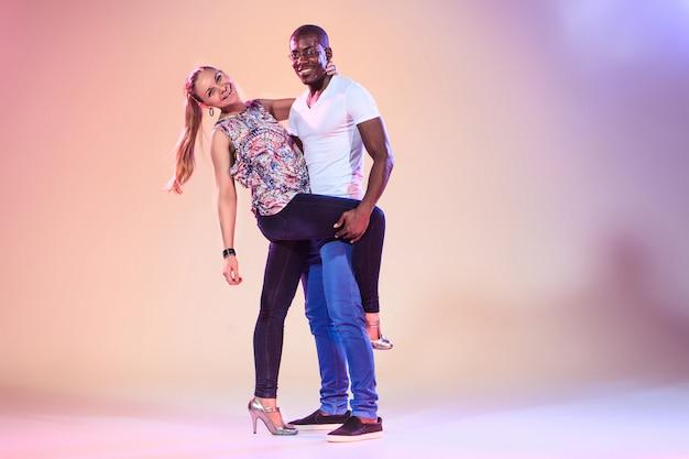 Młoda Para Tańczy Społecznej Salsy Karaibskiej, Wyśmienity Darmowe Zdjęcia