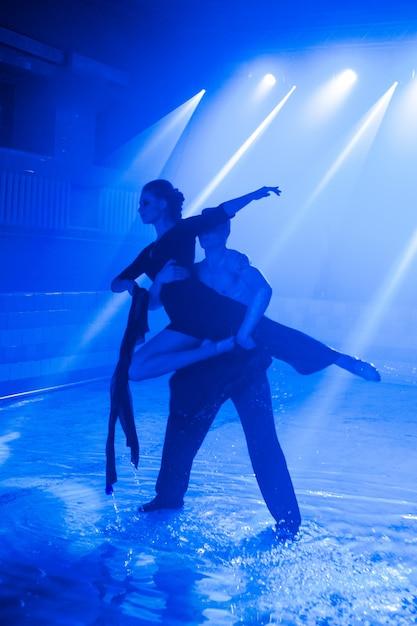 Młoda Para Tańczy W Wodzie Premium Zdjęcia
