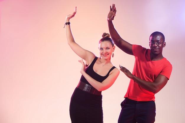 Młoda Para Tańczy Darmowe Zdjęcia