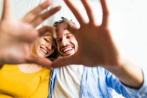Młoda Para W Domu Premium Zdjęcia