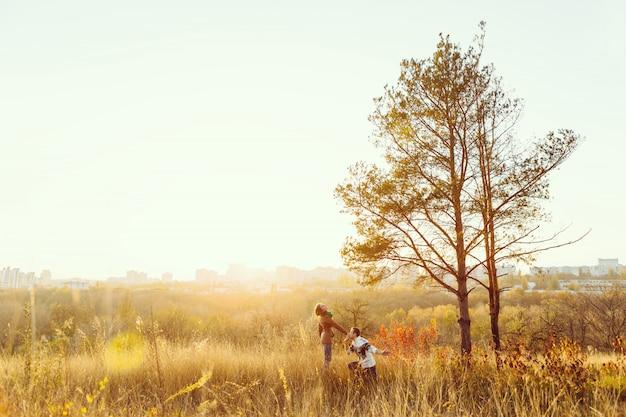 Młoda Para W Miłości Na Zewnątrz Darmowe Zdjęcia