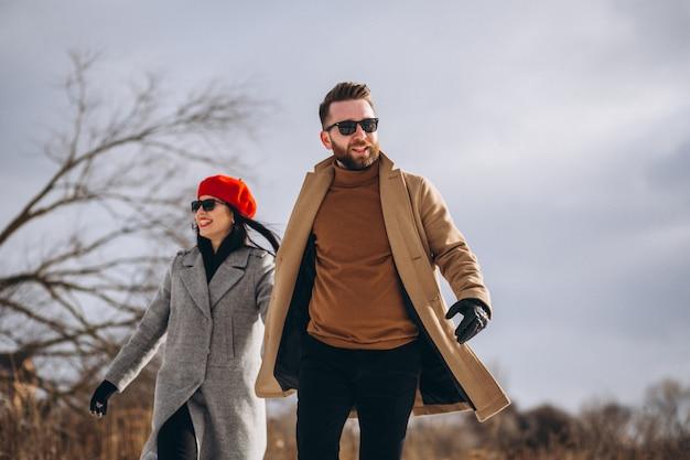 Młoda para w winter park Darmowe Zdjęcia