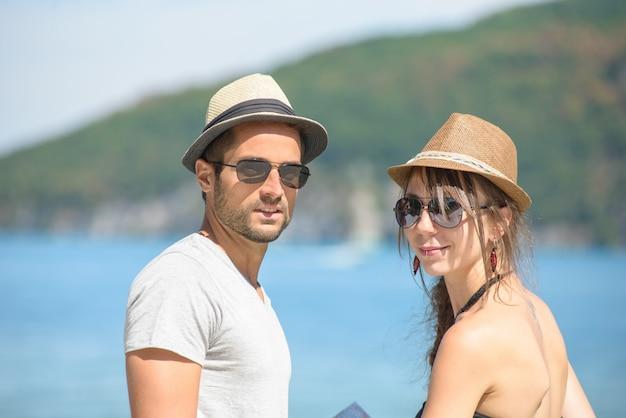 Młoda para z czapkami Premium Zdjęcia