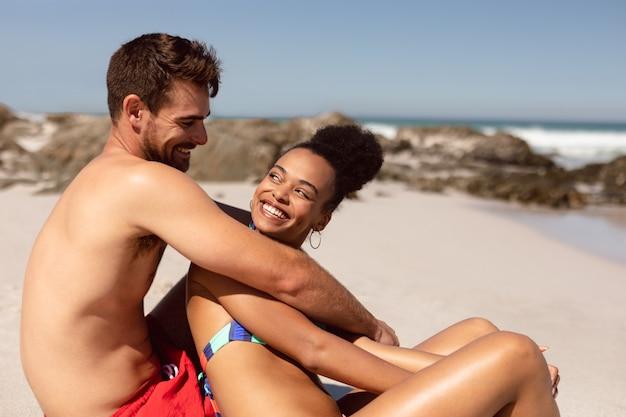 Młoda Para Zabawy Na Plaży W Promieniach Słońca Darmowe Zdjęcia