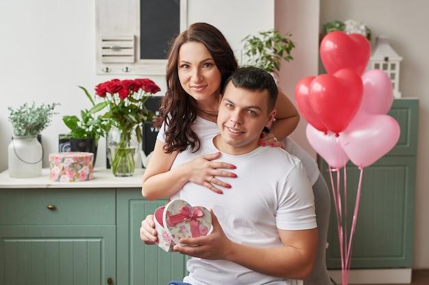 Młoda Para Zakochana W Domu Z Okazji Walentynek Premium Zdjęcia