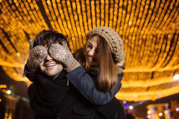 Młoda para zakochanych na zewnątrz Darmowe Zdjęcia