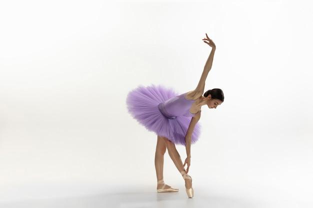 Młoda Pełen Wdzięku Delikatna Balerina Na Biel ścianie Darmowe Zdjęcia