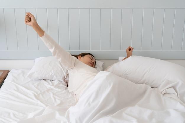 Młoda Piękna Azjatka Zbyt Leniwa, By Rano Wstać Z łóżka. Premium Zdjęcia