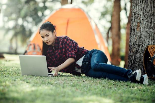 Młoda piękna azjatycka dziewczyna używa laptop. Darmowe Zdjęcia