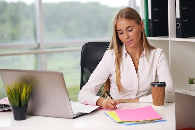 Młoda Piękna Bizneswoman Pracuje Na Laptopie W Jasnym Nowoczesnym Biurze Premium Zdjęcia