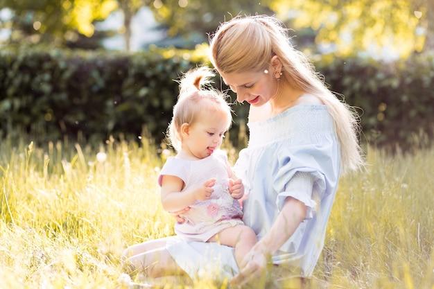 Młoda Piękna Blondynki Matka Z Jej Dziewczynką Premium Zdjęcia