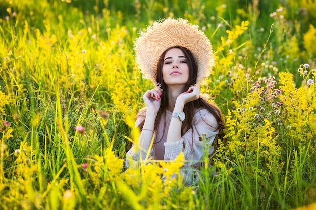 Młoda Piękna Dziewczyna Europejskiej W Wystawiającym Słońcu Premium Zdjęcia