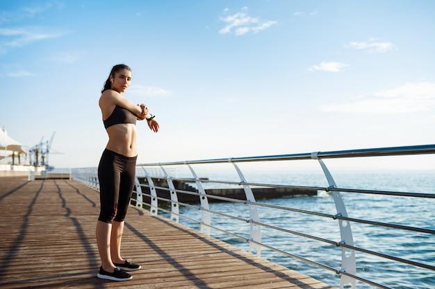 Młoda Piękna Dziewczyna Fitness Sprawia, że ćwiczenia Sportowe Z Morzem Na ścianie Darmowe Zdjęcia