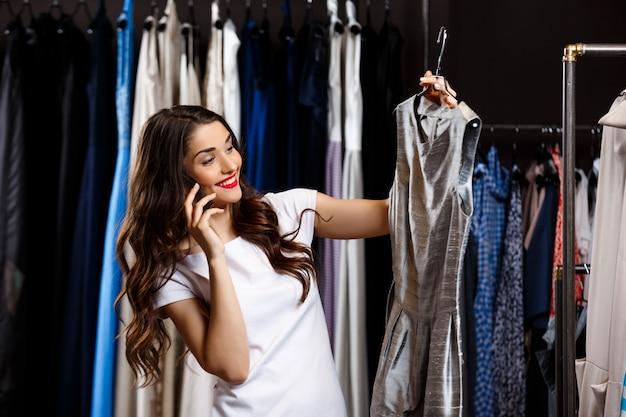 Młoda Piękna Dziewczyna Mówiąc Na Telefon W Centrum Handlowym. Darmowe Zdjęcia