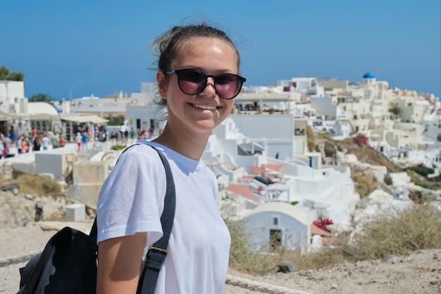 Młoda Piękna Dziewczyna Turystycznych Odwiedzających Wyspy Greckie, Uśmiechnięta Nastolatka Pozowanie Premium Zdjęcia