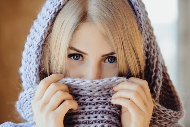 Młoda Piękna Dziewczyna Z Portretem Szalika Z Dzianiny Premium Zdjęcia