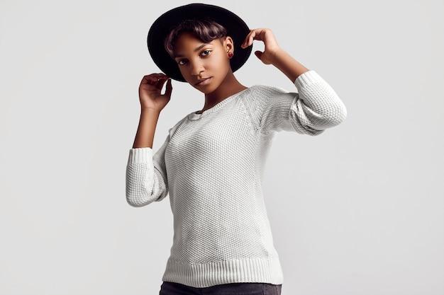 młoda czarna dziewczyna łup