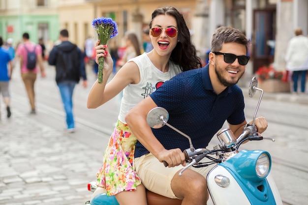Młoda Piękna Hipster Para Jedzie Na Motocyklu Ulicy Miasta Darmowe Zdjęcia