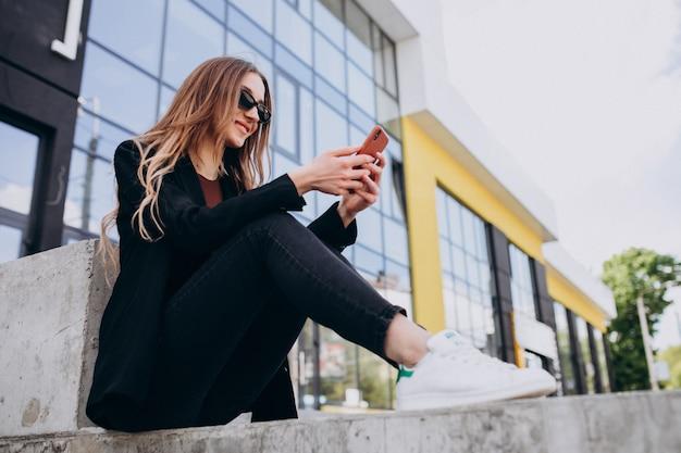 Młoda Piękna Kobieta Biznesu Przez Centrum Biurowe, Za Pomocą Telefonu Darmowe Zdjęcia