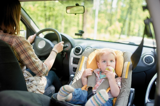 Młoda Piękna Kobieta Jedzie Samochód. Premium Zdjęcia