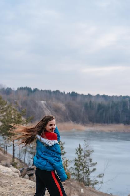 Młoda Piękna Kobieta Pozuje Na Jeziorze Darmowe Zdjęcia