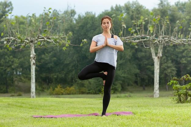 Młoda Piękna Kobieta Robi ćwiczenia Jogi Na świeżym Powietrzu Darmowe Zdjęcia
