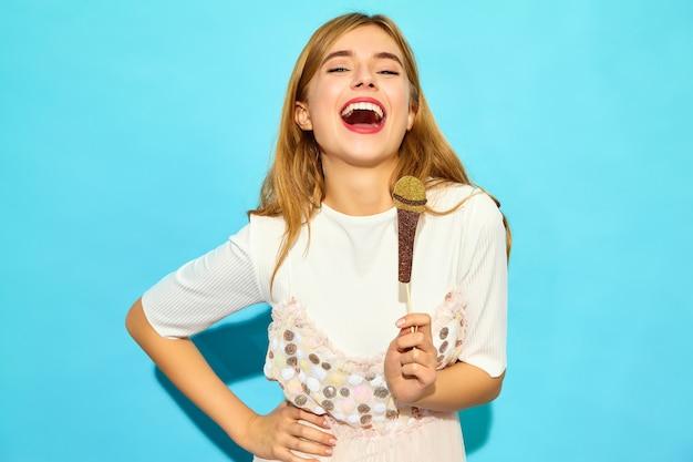 Młoda Piękna Kobieta śpiewa Swoją Najlepszą Piosenkę Z Rekwizytami Fałszywy Mikrofon. Modna Kobieta W Letnie Ubrania Na Co Dzień. śmieszny Model Odizolowywający Na Błękit ścianie Darmowe Zdjęcia
