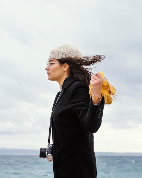 Młoda Piękna Kobieta W Przyrodzie Z Aparatem Darmowe Zdjęcia