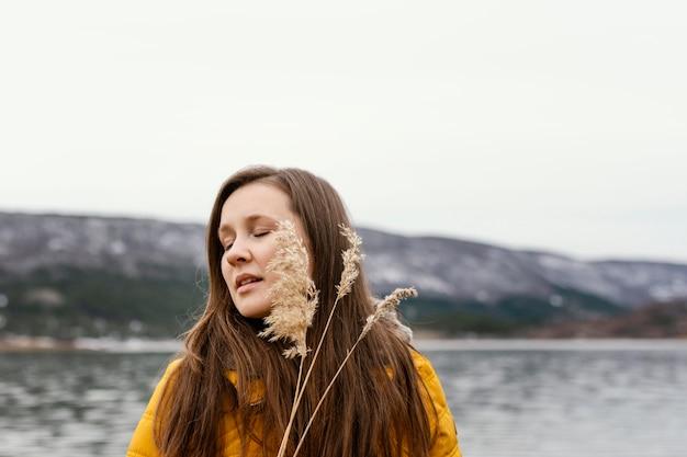 Młoda Piękna Kobieta W Przyrodzie Premium Zdjęcia