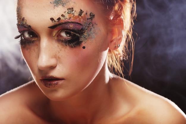 Młoda Piękna Kobieta Z Kolorowym Jaskrawym Makijażem Premium Zdjęcia
