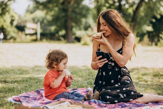 Młoda Piękna Matka Z Małym Chłopcem Je Pizzę W Parku Darmowe Zdjęcia