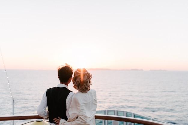 Młoda Piękna Para Na Pokładzie Liniowa Rejs W Morzu Premium Zdjęcia