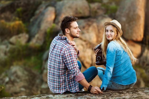 Młoda Piękna Para Podróżników Z Widokiem Na Kanion, Uśmiechając Się Darmowe Zdjęcia