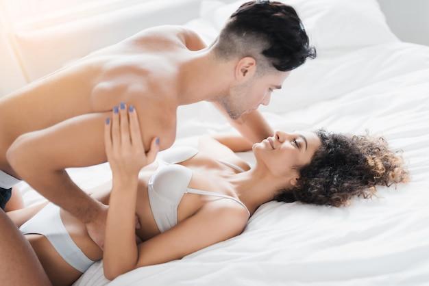 Młoda Piękna Para W Bieliźnie Kłama Na łóżku. Premium Zdjęcia