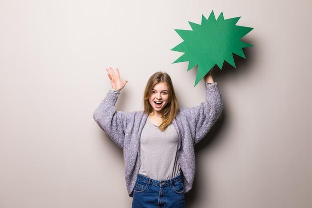 Młoda Piękna Podekscytowana Dziewczyna Nastolatka Trzyma Zieloną Bańkę Tekstu, Odizolowane Darmowe Zdjęcia