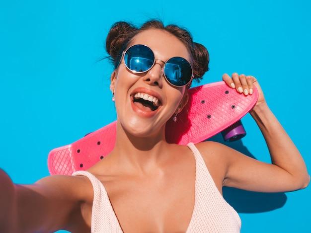 Młoda Piękna Seksowna Uśmiechnięta Modniś Kobieta W Okularach Przeciwsłonecznych. Darmowe Zdjęcia