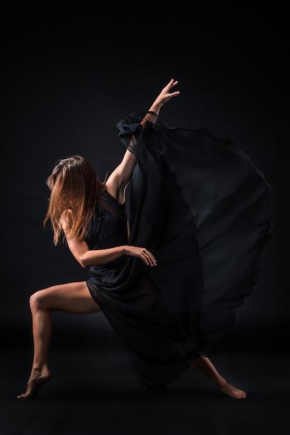 Młoda Piękna Tancerka W Beżowej Sukience Tańczy Na Czarno Darmowe Zdjęcia