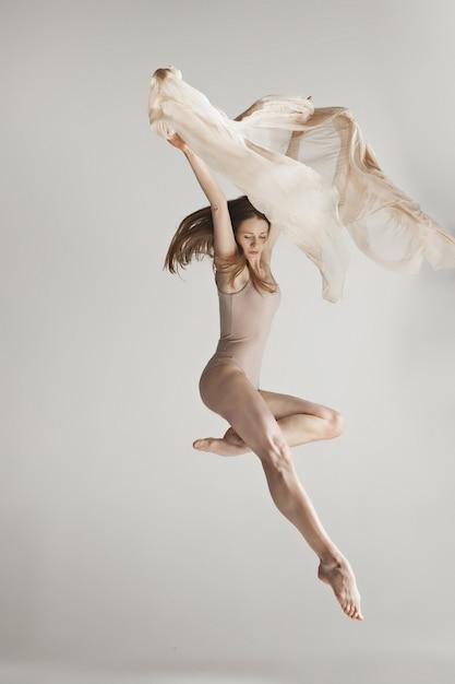 Młoda Piękna Tancerka W Beżowym Stroju Kąpielowym, Taniec Na Szaro Darmowe Zdjęcia