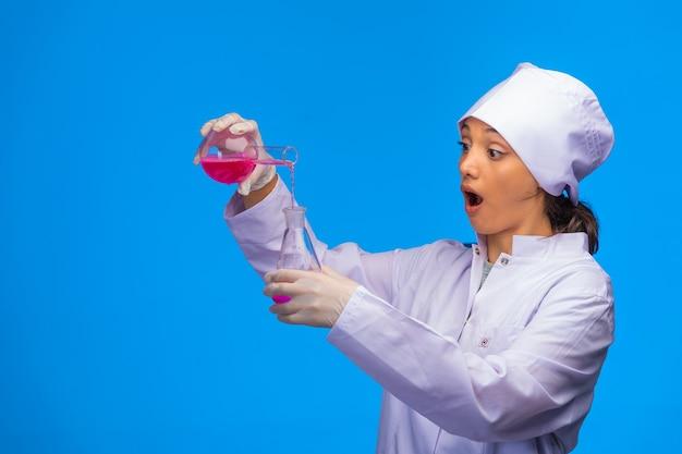 Młoda Pielęgniarka Wykonuje Testy Laboratoryjne. Darmowe Zdjęcia