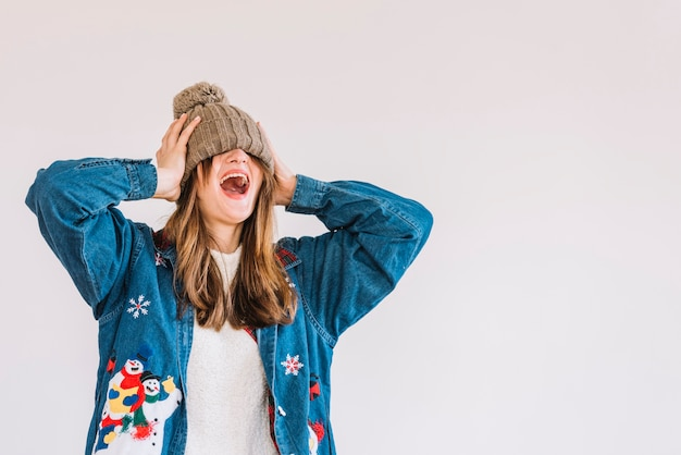 Młoda płacząca kobieta w bobble kapeluszu na oczach Darmowe Zdjęcia