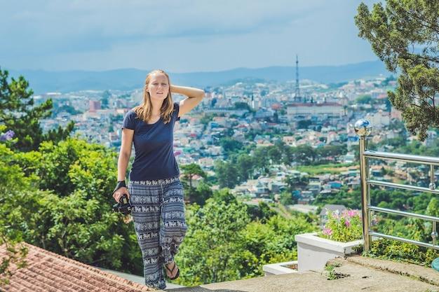 Młoda Podróżniczka Z Pięknym Widokiem Na Miasto Dalat W Wietnamie Premium Zdjęcia