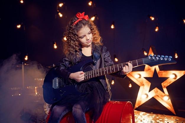 Młoda Rockowa Dziewczyna Bawić Się Gitarę Elektryczną Premium Zdjęcia
